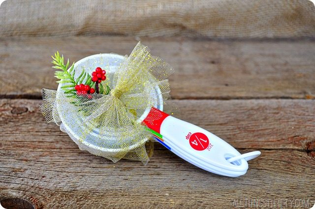 Measuring-cups-neighbor-gift-idea