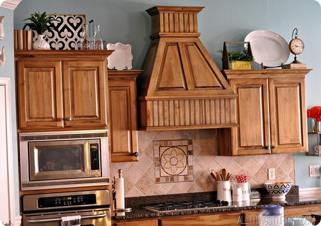 Top of kitchen cabinet decor ideas for Ideas for things to put on top of kitchen cabinets