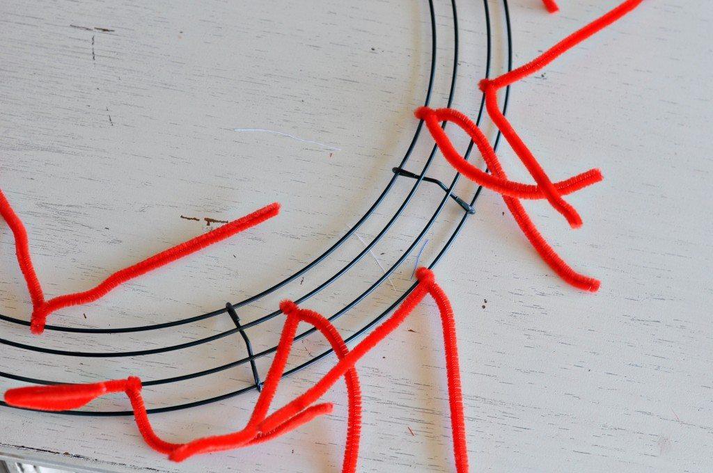 """Making-a-fourth-of-july-wreath"""" width=""""640"""" height=""""425"""" srcset=""""https://www.allthingsthrifty.com/wp-content/uploads/2014/06/making-a-fourth -of-july-wreath-1024x680.jpg 1024w, https://www.allthingsthrifty.com/wp-content/uploads/2014/06/making-a-fourth-of-july-wreath-300x200.jpg 300w, https ://www.allthingsthrifty.com/wp-content/uploads/2014/06/making-a-fourth-of-july-wreath-150x99.jpg 150w, https://www.allthingsthrifty.com/wp-content/ uploads/2014/06/making-a-fourth-of-july-wreath.jpg 2048w"""" size=""""(max-width: 640px) 100vw, 640px"""" data-jpibfi-post-excerpt="""""""" data-jpibfi-post -url=""""https://www.allthingsthrifty.com/4th-of-july-wreath-the-ultimate-red-white-and-blue-round-up/"""" data-jpibfi-post-title=""""4th of Juli-Kranz und die ultimative Zusammenfassung von Rot, Weiß und Blau"""" data-jpibfi-src=""""https://www.allthingsthrifty.com/wp-content/uploads/2014/06/making-a-fourth-of-july -Kranz-1024x680.jpg""""/>   <img loading="""