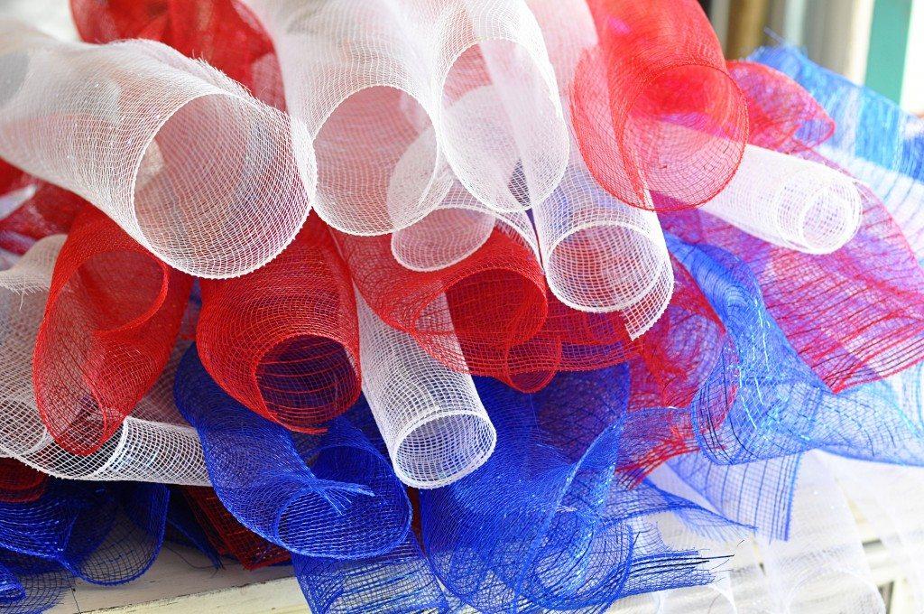 """red-white-and-blue-craft-mesh"""" width=""""640"""" height=""""425"""" srcset=""""https://www.allthingsthrifty.com/wp-content/uploads/2014/06/red-white-and -blue-craft-mesh-1024x680.jpg 1024w, https://www.allthingsthrifty.com/wp-content/uploads/2014/06/red-white-and-blue-craft-mesh-300x200.jpg 300w, https ://www.allthingsthrifty.com/wp-content/uploads/2014/06/red-white-and-blue-craft-mesh-150x99.jpg 150w, https://www.allthingsthrifty.com/wp-content/ uploads/2014/06/red-white-and-blue-craft-mesh.jpg 2048w"""" size=""""(max-width: 640px) 100vw, 640px"""" data-jpibfi-post-excerpt="""""""" data-jpibfi-post -url=""""https://www.allthingsthrifty.com/4th-of-july-wreath-the-ultimate-red-white-and-blue-round-up/"""" data-jpibfi-post-title=""""4th of Juli-Kranz und die ultimative Zusammenfassung von Rot, Weiß und Blau"""" data-jpibfi-src=""""https://www.allthingsthrifty.com/wp-content/uploads/2014/06/red-white-and-blue-craft -mesh-1024x680.jpg""""/> <img loading="""