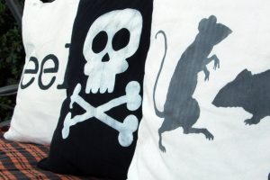 $5 Custom Halloween Pillows with Chalk Paint